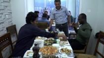 MUHAMMED İKBAL - Yabancı Öğrencilere Gönül Sofralarını Açıyorlar
