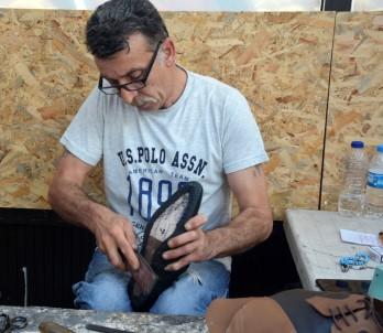 40 yıldır el işi ile ayakkabı yapıyor