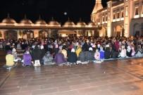 Kadir Gecesi'nde Cemaat Yağmur Altında Namaz Kıldı