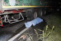 Arıza yapan otobüse tır çarptı: 2 ölü