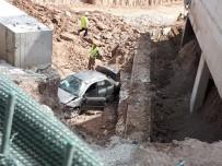 İNŞAAT İŞÇİLERİ - Otomobil 20 Metreden İnşaat Boşluğuna Uçtu Açıklaması 4 Yaralı