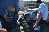 ÜLFET - İzmir'de Kamyon İle Otomobil Çarpıştı Açıklaması 3 Yaralı