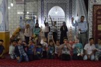 TERAVIH NAMAZı - Cemaatin Kovduğu Çocukların Gönlünü Cami Müezzini Aldı