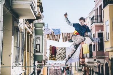 Eminönü'nde Çamaşır İpleri Arasında Sıra Dışı Gösteri