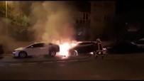 AKKONAK - Park Halindeki 2 Otomobil Alev Alev Yandı