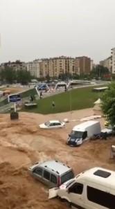 Sel Suları Arasında Mahsur Kalan Şoför Minibüsün Camından Çıkıp Son Anda Kurtuldu