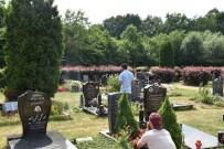 HAMBURG - Almanya'daki Türkler Arife Günü Mezarlıkları Ziyaret Etti