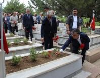 SİVAS VALİSİ - Bakan Yılmaz Şehitlerin Mezarlarını Ziyaret Edip, Karanfil Bıraktı