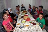 İFTAR YEMEĞİ - Gençler Ahıska Türkü Ailelerin İftar Sofrasına Ortak Oldu