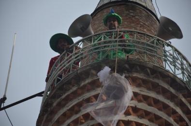 Minareden Şeker Sarkıttılar