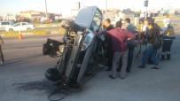 Otomobil, Trafik Levhalarına Çarptı Açıklaması 5 Yaralı