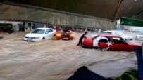 ULU CAMİİ - Sele Kapılan Otomobili Elleriyle Tutmaya Çalıştı