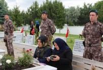 AREFE GÜNÜ - Sivas'ta Vatandaşlar Mezarlıklara Akın Etti