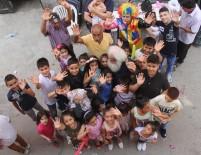 Bayram İkramiyesini Yoksul Çocuklara Dağıttı