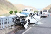 BAYRAM ZİYARETİ - Erzincan'da Bariyerlere Çarpan Otomobildeki 4 Kişi Yaralandı