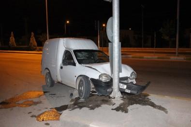 Hafif Ticari Araç Trafik Lambasının Direğine Çarptı Açıklaması 3 Yaralı