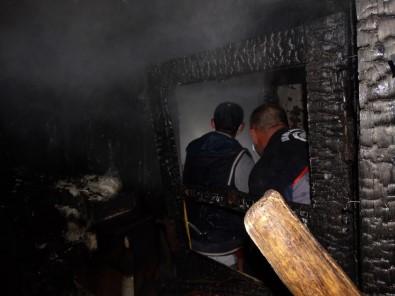 İftar Saatinde Yıldırım Düşmesi Sonucu Ahşap Evde Yangın Çıktı