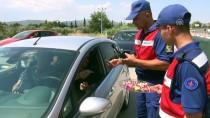 Jandarmadan Sürücü Ve Yolculara Kuru Üzüm Ve Bayram Şekeri