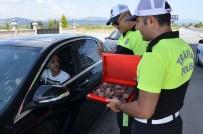 Milas'ta Polislerden Bayanlara Karanfil, Sürücülere Çikolata