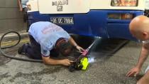 BELEDIYE OTOBÜSÜ - Otobüsün Şase Kısmına Giren Kedi Kurtarıldı