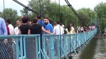 'Sallanan Köprü'de Bayram Yoğunluğu