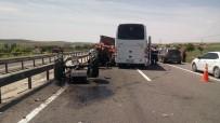 MEHMET ÖZTÜRK - Güney Koreli Kafileyi Taşıyan Otobüs İle Traktör Çarpıştı Açıklaması 3 Yaralı
