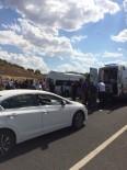 YOLCU MİNİBÜSÜ - Mardin'de Yolcu Minibüsü İle Otomobil Çarpıştı Açıklaması 12 Yaralı