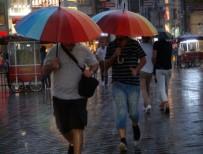 İSTİKLAL - Taksim'de Sağanak Yağış Etkisini Gösteriyor