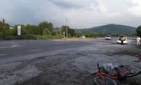 BÜLENT ECEVİT ÜNİVERSİTESİ - Otomobil, Bisikletle Gezinti Yapan Kadına Çarptı Açıklaması 2 Yaralı