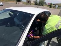 TRAFİK TESCİL - Sürücülere Ceza Yerine Çikolata İkram Edildi