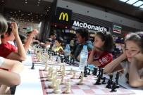 SATRANÇ TURNUVASI - Babalar Ve Çocukları Piazza'da Buluştu