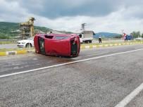 TEOMAN - Kontrolden Çıkan Araç Kazaya Neden Oldu