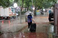 SEL BASKINLARI - Yağmur Bir Anda Bastırdı, Vatandaşlar Kaçacak Yer Aradı