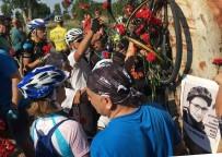 MUSTAFA CAN - Bisikletli Gencin Kazada Öldüğü Yere Karanfil Bıraktılar