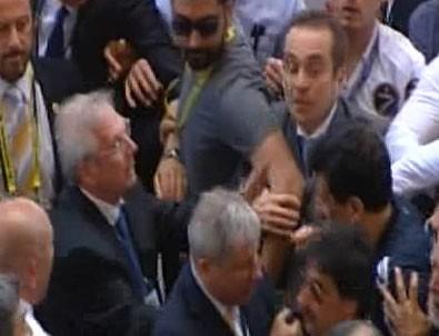 Fenerbahçe Kongresi'nde gerginlik: Aziz Yıldırım yerinden fırladı