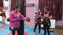 GENÇLİK MERKEZİ - Kick Boks Ve Muay Thaide Şampiyon Kız Kardeşler