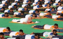 NARENDRA MODI - Hindistan Başbakanı Modi, Halkla Yoga Yaptı