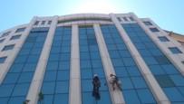 TAKSIM - (Özel) Taksim'de Dağcıları Andıran Temizlik İşçileri Metrelerce Yüksekte Cam Sildi