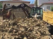 VEZIRHAN - Vezirhan'da Metruk Binalar Yıkılıyor