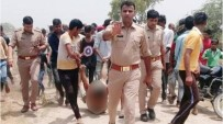 MOTOSİKLET KAZASI - Hindistan'da Linç Edilme Fotoğrafında Görülen Polisler İçin Özür