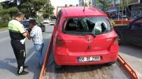OTOBÜS DURAĞI - Samsun'da Otomobil Yayalara Çarptı Açıklaması 2 Yaralı