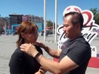 TAKSIM - (Özel) Taksim'de Malezyalı Doktorlardan Vatandaşlara İlginç Masaj