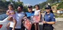 KİMLİK KARTI - Polis Yol Denetimlerinde Çocuklara Hediye Veriyor
