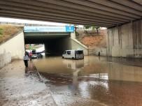 SU BASKINI - Sancaktepe'de Alt Geçitte Su Baskını Açıklaması 1 Araç Mahsur Kaldı