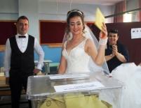 NİKAH TÖRENİ - Ayvalık'ta Gelin Ve Damat Düğünden Önce Oy Kullandı