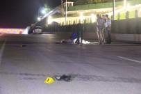 CENAZE ARACI - Otomobil, Yolun Ortasında Yatan Şahsı Ezip Geçti Açıklaması 1 Ölü