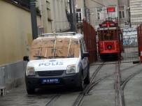 TAKSIM - Taksim'de Polis Aracına Dolu Önlemi