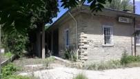 İNGILIZLER - Tarihi Binaya Sprey Boyayla Yazılan Yazılar Tepki Çekiyor
