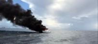BALIKÇI TEKNESİ - ABD'de Tekne Alev Alev Yandı
