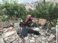 GECEKONDU - Freni Patlayan Kamyonet Evin Çatısına Uçtu Açıklaması 1 Ölü